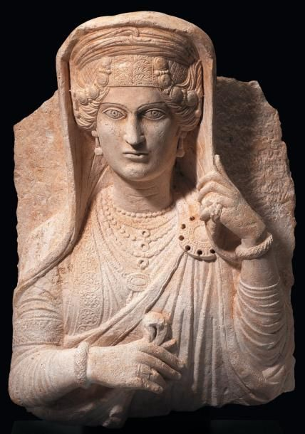 Buste de femme portant fibule Pinterest