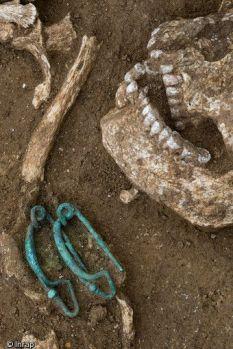 Fibule dans tombe archéo Pinterest