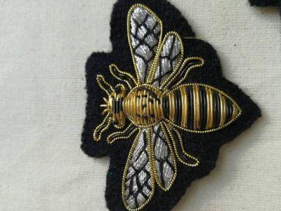 MOB 52 Broche brodée abeille